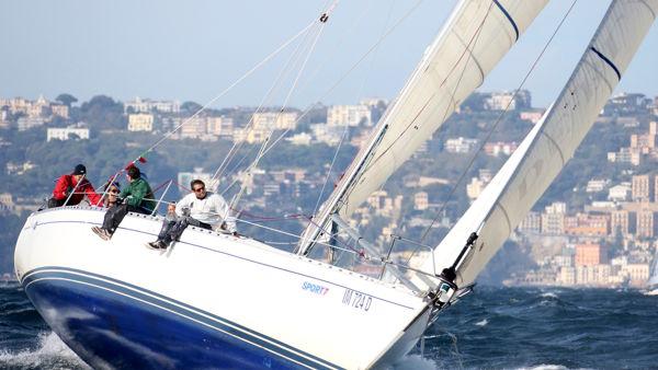 Vela d'altura, cinquanta barche si sfidano in regata nelle acque della Cala